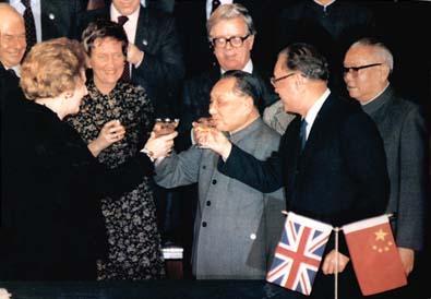 聯合聲明簽訂後,戴卓爾夫人為她的「重大勝利」興中共領導人祝酒。