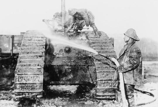 1918年2月,法國華工隊成員正在清洗位於法國埃蘭坦克兵團中心工場的一輛Mark V坦克。(照片來源:坦克博物館)